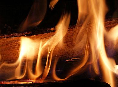 [Translate to Italienisch:] Biomasseheizungen Brennendes Scheitholz Stück
